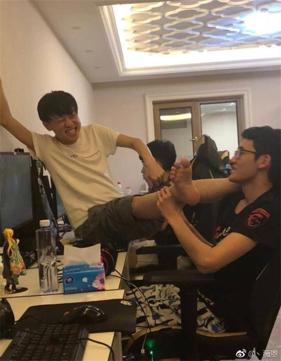 小明让卡萨闻脚丫,网友调侃:膨胀了