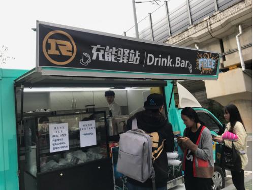爱RNG真是太好了!RNG比赛现场为粉丝准备免费饮料