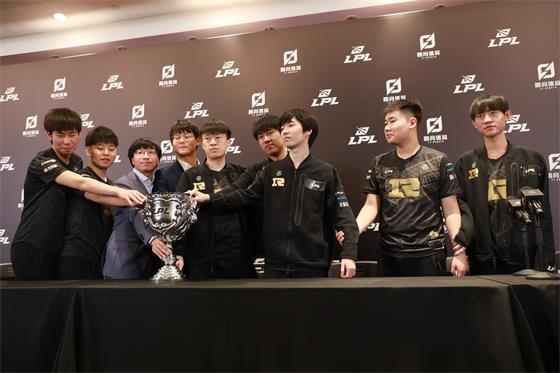 RNG夺冠赛后采访-GALA:5杀是队友说能打就操作1下