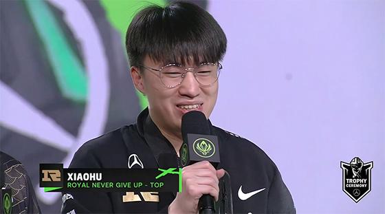 赛后采访,Xiaohu:在中单和上单位都拿到了MSI的冠军感觉特别酷!