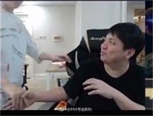 AJ遭小虎强吻,网友调侃:你把他当兄弟他把你当女神