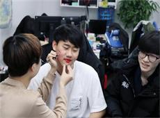 BLG传统节目升级 直播展示职业选手化妆技术